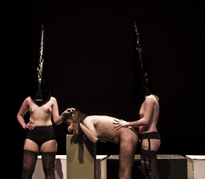 26 Mujer penetrando a hombre analmente, Penitentes en Inferno Varieté